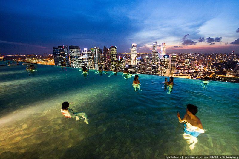 Отель Marina Bay Sands, бассейн под облаками Бассейн работает с 6 утра до 11 вечера.
