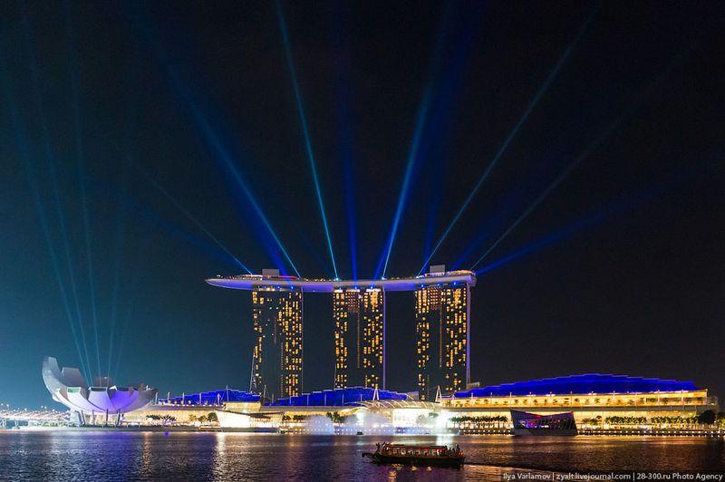 Отель Marina Bay Sands, бассейн под облаками Каждый вечер проходит лазерное шоу с фонтанами. Но я так и не понял, откуда его надо смотреть. С этого берега не видно фонтанов, если подойти к отелю, не видно лазеров