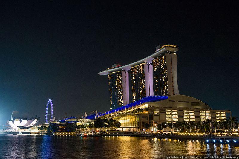Отель Marina Bay Sands, бассейн под облаками Многие туристы едут в Сингапур только ради этого отеля, и правильно делают. Он заслуженно стал одной из главных достопримечательностей этого города-государства