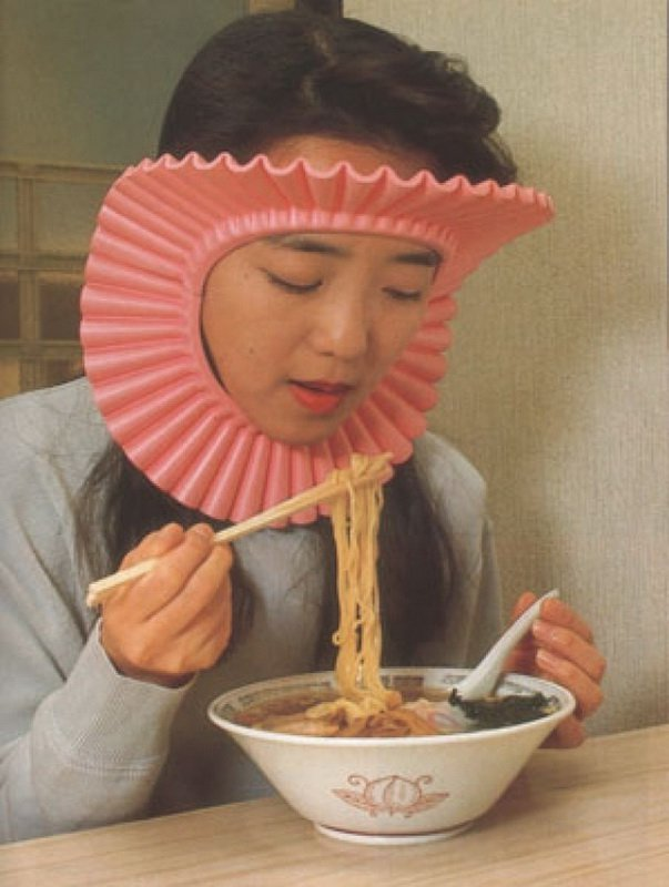 Интересные изобретения Замечательная вещь, чтобы не обляпать лицо, волосы, одежду. Только представьте, если скоро в рестораны без таких вообще пускать не будут…