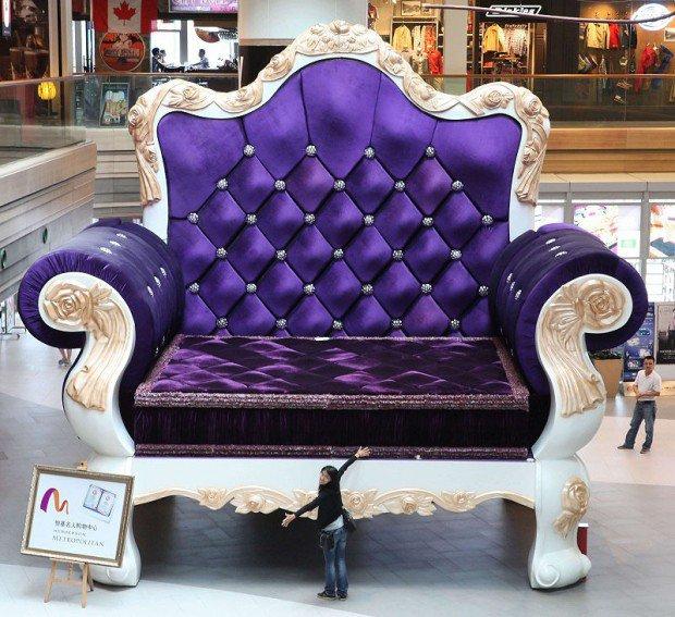 20 очень больших предметов В универмаге Шанхая установили кресло шириной 7,7 метров. Этот огромный стул кроме того может трансформироваться в сцену