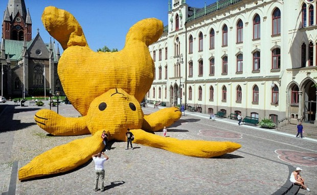 20 очень больших предметов Желтый кролик огромных размеров на площади города Оребро в Швеции