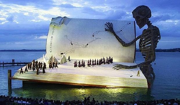 20 очень больших предметов Гигантская книга, которая в 1999 году стала сценой для демонстрации оперы «Бал-маскарад»