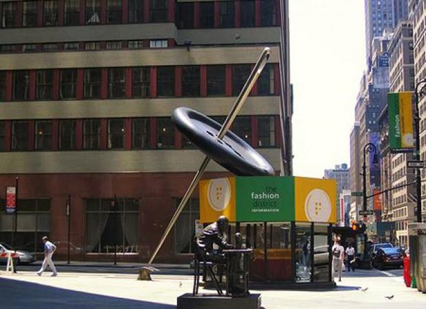 20 очень больших предметов Гигантская иголка с пуговицей, обозначающие Район Искусств на Манхэттене