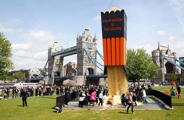 20 очень больших предметов Самое большое в мире ведро попкорна. Лондон