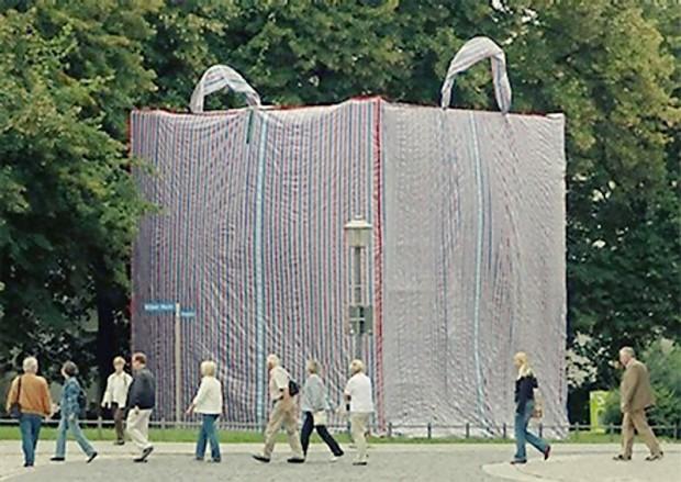 20 очень больших предметов Здоровенная продовольственная сумка, которая была частью выставки в Германии