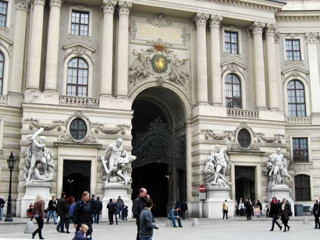 Музеи и достопримечательности Вены Скульптурные композиции, изображающие подвиги Геракла, перед входом в Хофбург