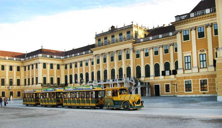 Музеи и достопримечательности Вены По громадной территории Шёнбрунна удобно ездить на импровизированном паровозике