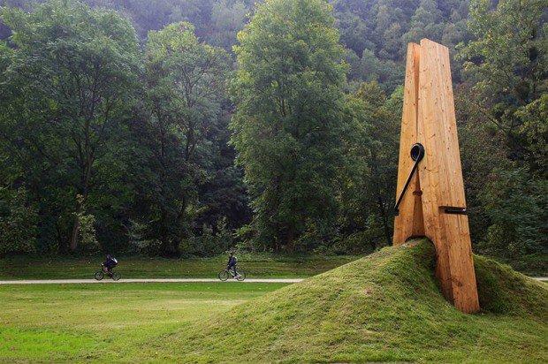 20 больших предметов Огромная прищепка в бельгийском парке Chaudfontaine