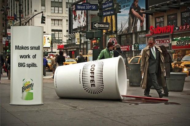 20 больших предметов Перевернутый стаканчик от кофе в центре Нью-Йорка. Использовалась аппаратура имитирующая пар и запах горячего кофе.