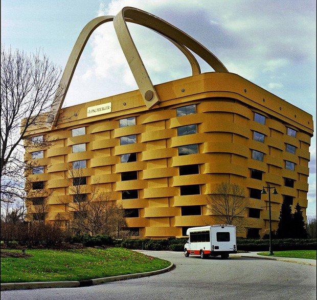 20 больших предметов Longaberger basket company («Корзины Лонгабергера») сделали себе здание офиса в виде продукции которую выпускают. Ньюарк, штат Огайо.