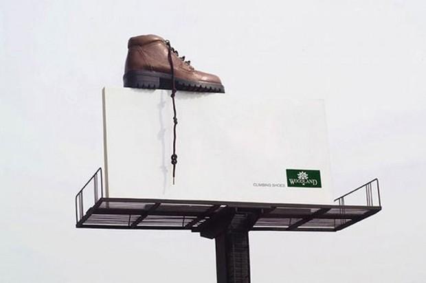 20 больших предметов Огромный ботинок на рекламном биллборде Woodland. Кстати, женские босоножки тоже не помешали рядышком в увеличенном размере