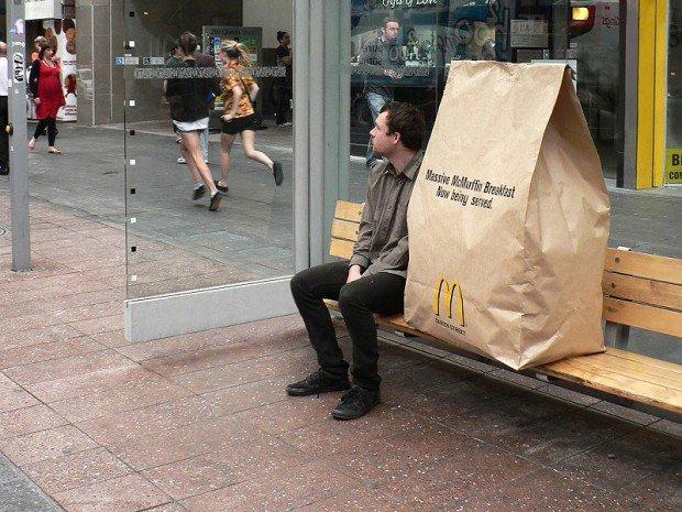 20 больших предметов Уличая кампания McDonald's – реклама большого завтрака McMuffin