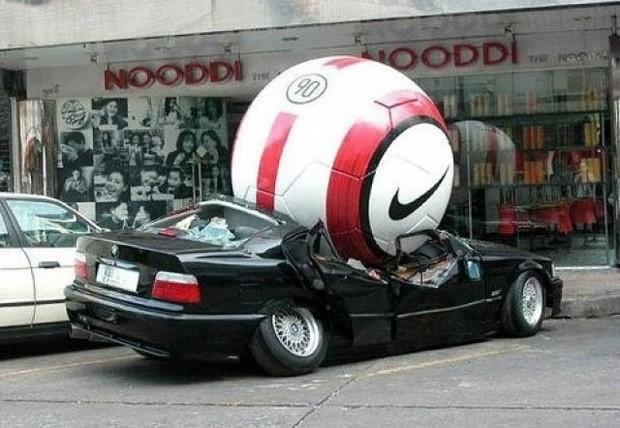 20 больших предметов Увеличенный футбольный мяч в рекламной кампании Nike