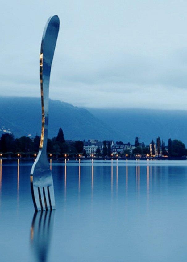 20 больших предметов Вилка, торчащая из озера. Установлена рядом с Музеем еды в Швейцарии