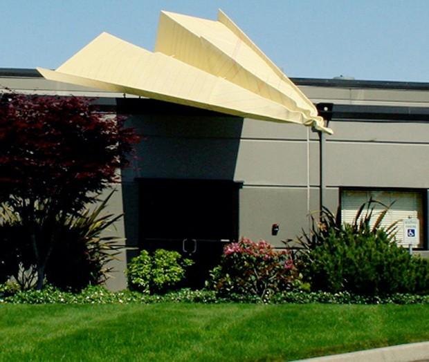 20 больших предметов Над входной дверью в офис сиэтлской компании вместо козырька установлен огромный бумажный самолетик