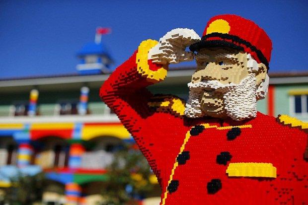 В Калифорнии строится отель в стиле Lego Lego-швейцар встречает гостей у строящегося отеля, Карлсбад, штат Калифорния, США.