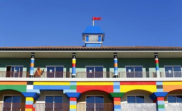 В Калифорнии строится отель в стиле Lego Рабочий убирает на балконе третьего этажа Lego-отеля.