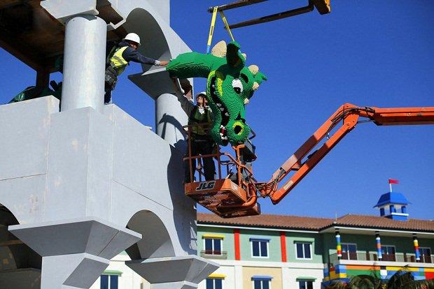 В Калифорнии строится отель в стиле Lego Строители крепят голову дракона.
