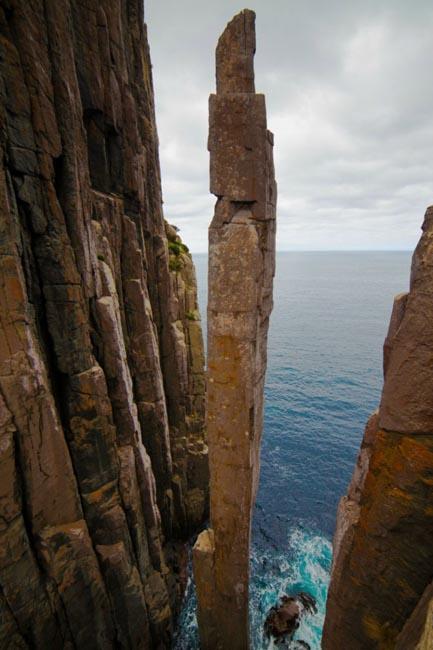 20 мест на планете, в существование которых трудно поверить Тотем-Поул, базальтовая скала на мысе Кейп-Хей в Тасмании