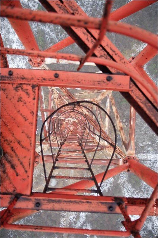 Самый высокий абандон До первой растяжки залезть легко. Лестница сухая, ветра практически нет. Поднявшись чуть выше второй растяжки (на фото) начинается достаточно сильный ветер.
