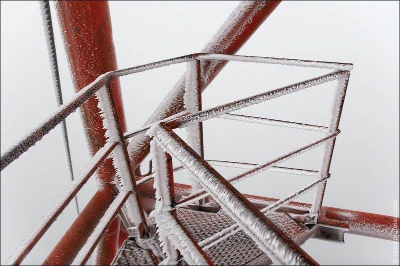 Самый высокий абандон На уровне пятой растяжки уже почти все покрыто толстым слоем намерзшего снега. Приходится соблюдать осторожность. Землю сквозь облака уже давно не видно.