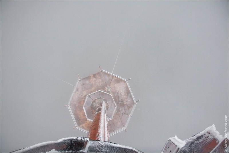 Самый высокий абандон Можно выглянуть вниз и посмотреть на основную площадку. С трудом можно различить тросы шестой растяжки.
