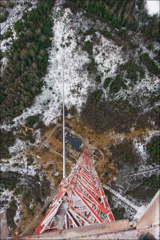 Самый высокий абандон Спустившись обратно на центральную площадку низкая облачность стала уходить. Пришло время посмотреть вниз. Страшно, да? Если прыгать с парашютом у вас будет ровно 7 секунд свободного полета.
