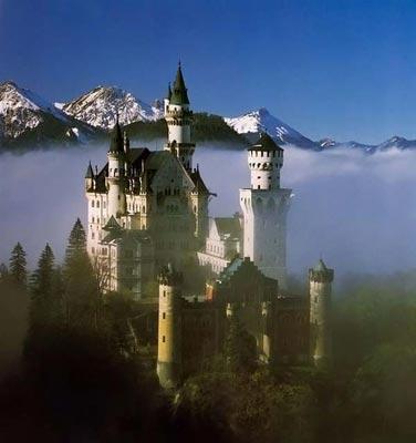 Замок-сказка Он производит впечатление театральной декорации, а отчасти и является ею, поскольку создавался под деятельным руководством мюнхенского театрального художника Кристиана Янка.