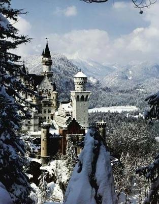 Замок-сказка При этом у замка весьма внушительные размеры, да и строился он в течение семнадцати лет