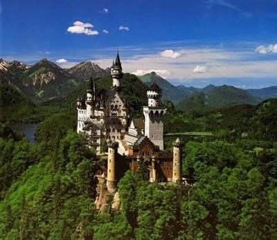 Замок-сказка Внутреннее убранство замка представляет собою смесь различных архитектурно-художественных стилей, сочетание мавританских, готических и барочных элементов