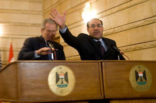 Чем кидают в известных людей Многие оценили невероятную ловкость Буша, сумевшего уклониться от ботинка, пущенного рукой иракского журналиста Мунтадара аз-Зеиди …