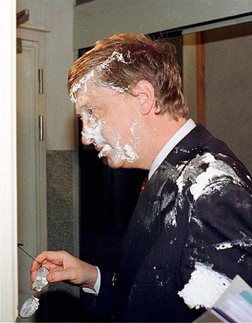 Чем кидают в известных людей В Билла Гейтса кидали торт со сливками, 1998 год…