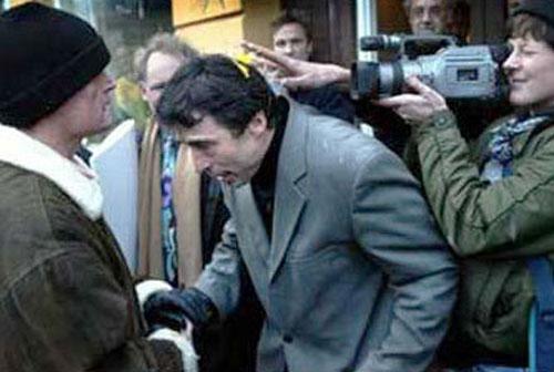 Чем кидают в известных людей Злоумышленник бросил яйцо в премьер-министра Дании, 2002 год…