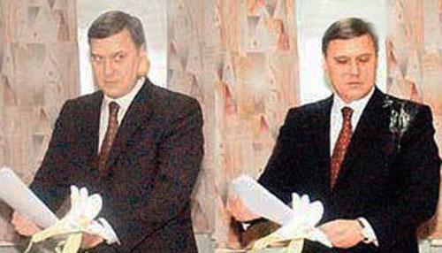Чем кидают в известных людей В премьер-министра России Михаила Касьянова также бросили яйцом во время голосования на выборах, 2003 год.