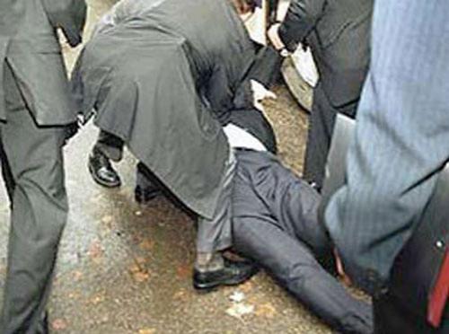 Чем кидают в известных людей Кандидат в президенты Украины Виктор Янукович рухнул после того, как в него попало яйцо…