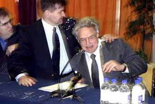 Чем кидают в известных людей Двое неизвестных облили краской главу Института открытого общества, финансиста Джорджа Сороса в Киеве, 2004 год…