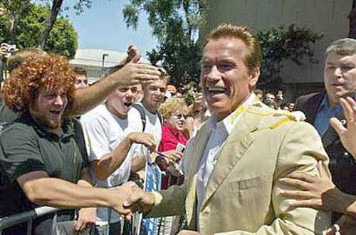 Чем кидают в известных людей Кандидату в губернаторы Калифорнии Арнольду Шварценеггеру на встрече со студентами тоже досталось сырым яйцом, 2003 год…