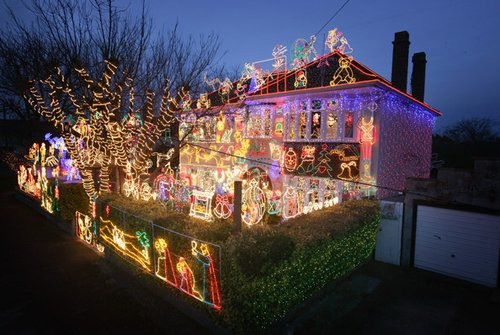 Лучшие Рождественские фотографии Рождественская иллюминация фасада дома в городе Мелкшам, Англия