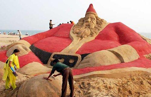 Лучшие Рождественские фотографии Песочная скульптура Санта-Клауса в городе Пурия, Индия