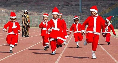 Лучшие Рождественские фотографии Ученики индийской школы, переодетые в костюмы Санта-Клаусов в Бопале