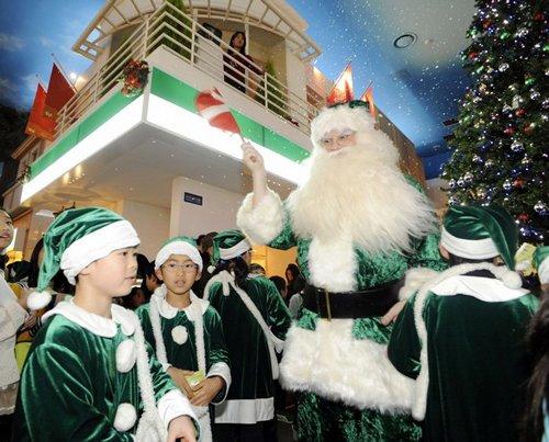 Лучшие Рождественские фотографии «Экологически-чистый» Санта-Клаус в детском парке развлечений Kidzania Theme Park в Токио