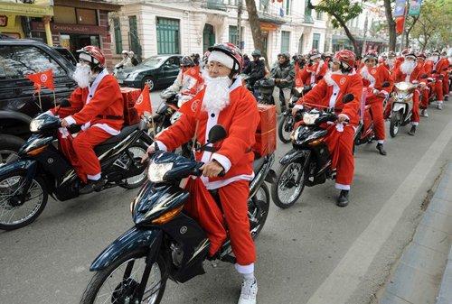 Лучшие Рождественские фотографии Мотоциклетный парад Санта-Клаусов во вьетнамском Ханое