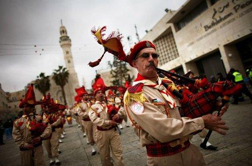 Лучшие Рождественские фотографии Палестинские скауты-христиане около Церкви Рождества Христова в Вифлееме