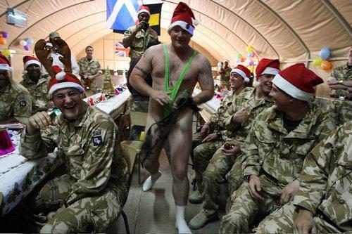 Лучшие Рождественские фотографии Британский солдат в костюме Бората на Рождество на военной базе в Ираке