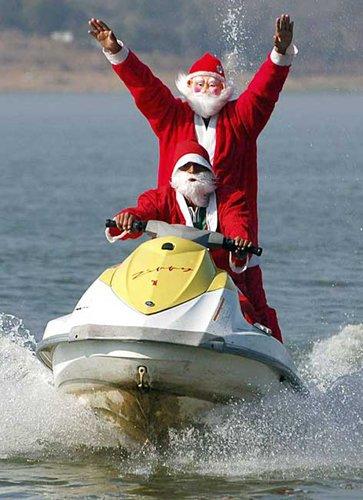 Лучшие Рождественские фотографии Пара Санта-Клаусов на водном скутере в районе индийского Бопала