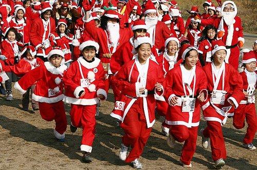 Лучшие Рождественские фотографии Марафон Санта-Клаусов в Киото, Япония