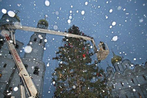 Лучшие Рождественские фотографии Украшение Рождественской елки в центре Москвы.
