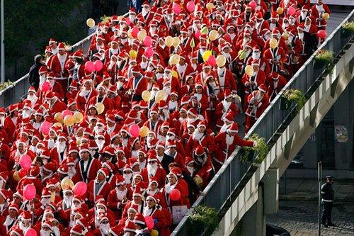 Санта-Клаусы установили рекорд Каждый принявший участие в благотворительном параде Санта-Клаус, более известный в Португалии как Pai Natal (Отец Рождества), пожертвовал один евро для покупки рождественских подарков нуждающимся детям в Порто