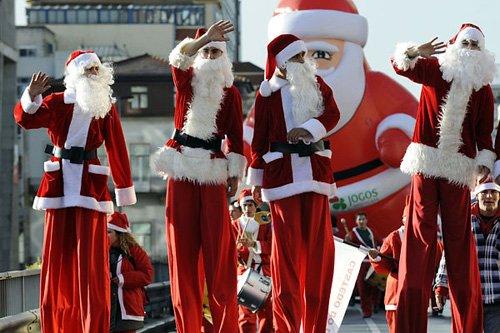 Санта-Клаусы установили рекорд Предыдущий рекорд по количеству людей (12,965 тысяч человек), наряженных в Санта-Клауса, принадлежал ирландскому городу Дерри Сити